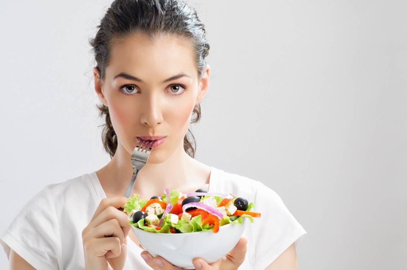 Resultado de imagen para mujer comiendo proteina