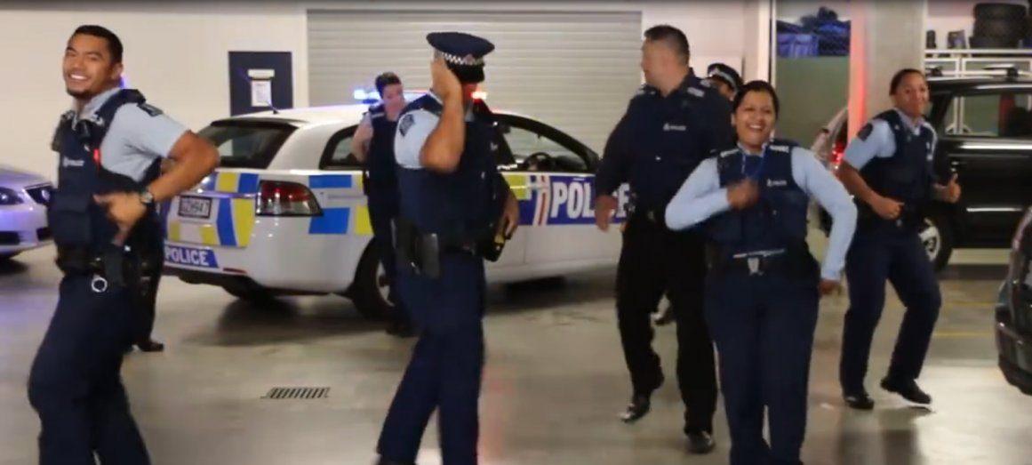El Baile De Estos Polic As Suma M S De Siete Millones De