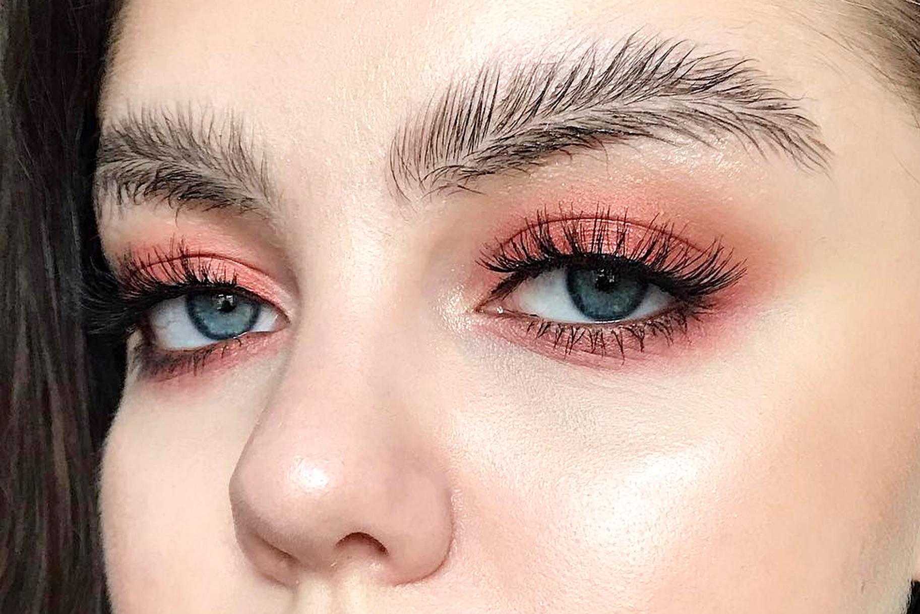 Cejas pluma, tendencia en maquillaje