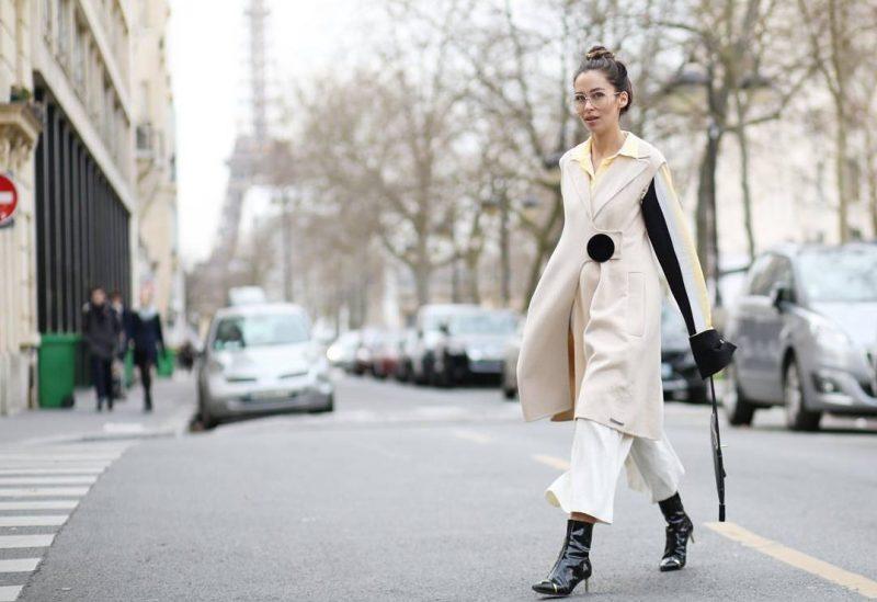 Nicole Putz caminando por las calles de París.