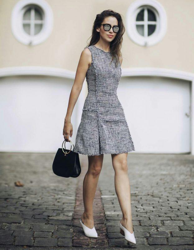 Niole Putz posa con lentes de sol y un vestido en tonos grises