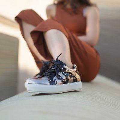 Zapatillas urbanas en tonos cobre y negro
