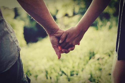 esto significa la manera en que tu pareja te toma de la mano