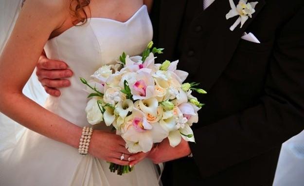 hermoso-ramo-de-novia-creado-con-flores-artificiales