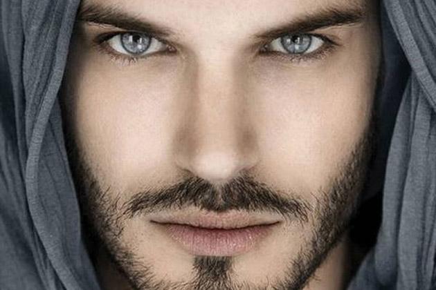 Es Un Hombre Atractivo Mira Los Rasgos Físicos Que Lo Definen Fmdos