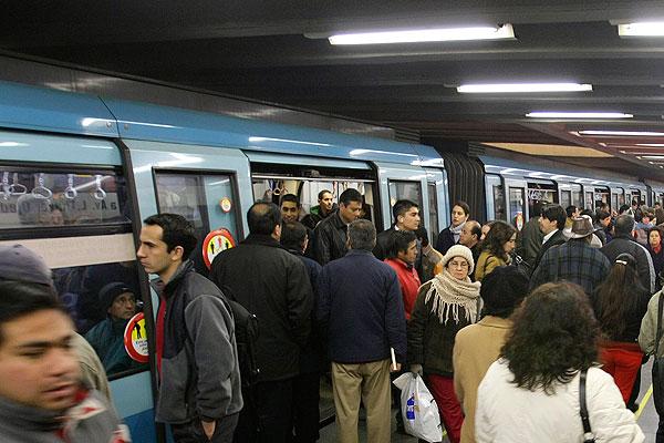 Atencion Metro De Santiago Alcanza Alta Densidad De Pasajeros En Hora Punta Fmdos