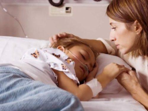Madre cuidando a su hijo en el hospital