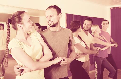 Personas bailando merengue