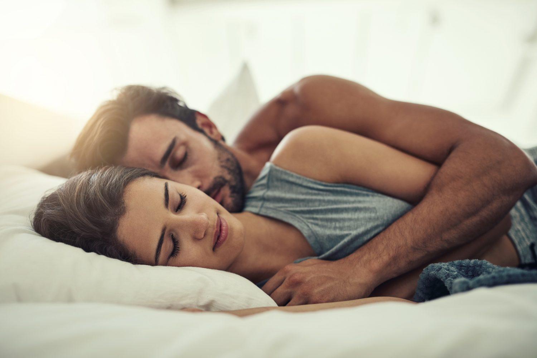¿Cómo duermes con tu pareja? Esto significa cada posición