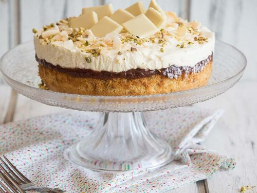 ¡Prepara una rica torta de coco, frambuesas en bizcocho de pistachos y vainilla