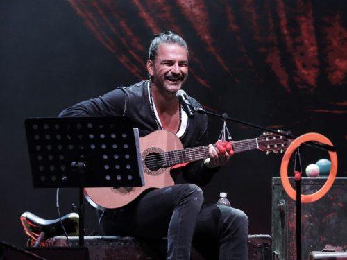 ¡Awww! Mira cómo Ricardo Arjona le enseña guitarra a su hijo