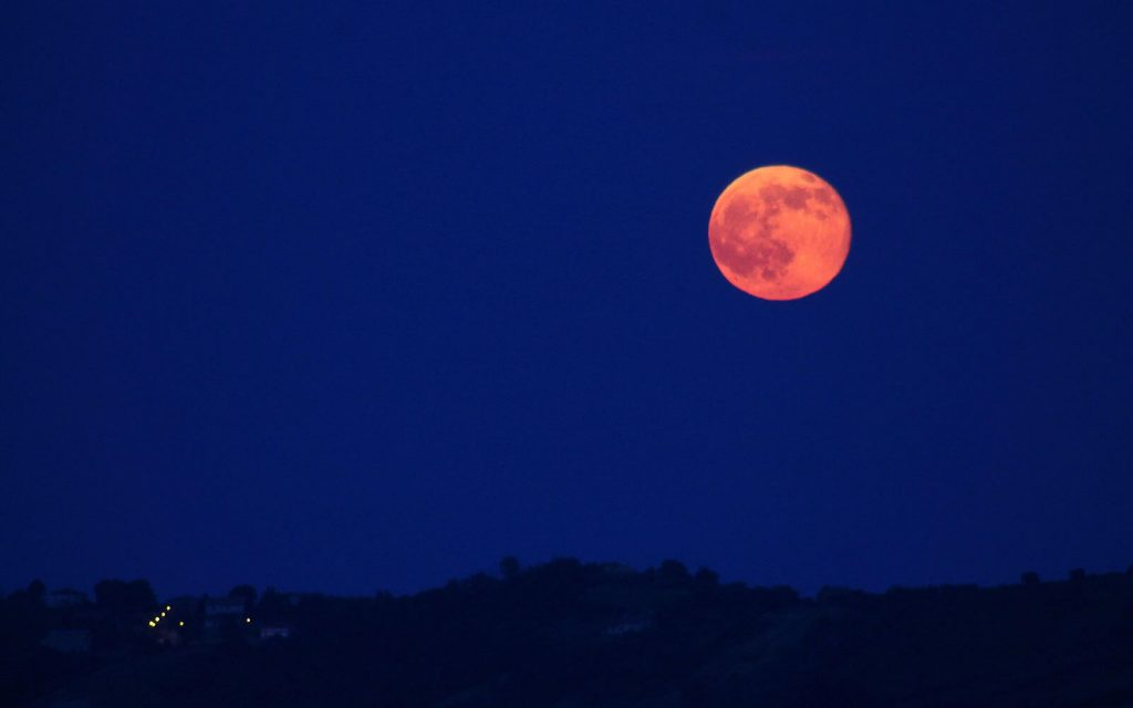 Descubre en qué consiste la Luna llena de fresa y aprovecha su energía