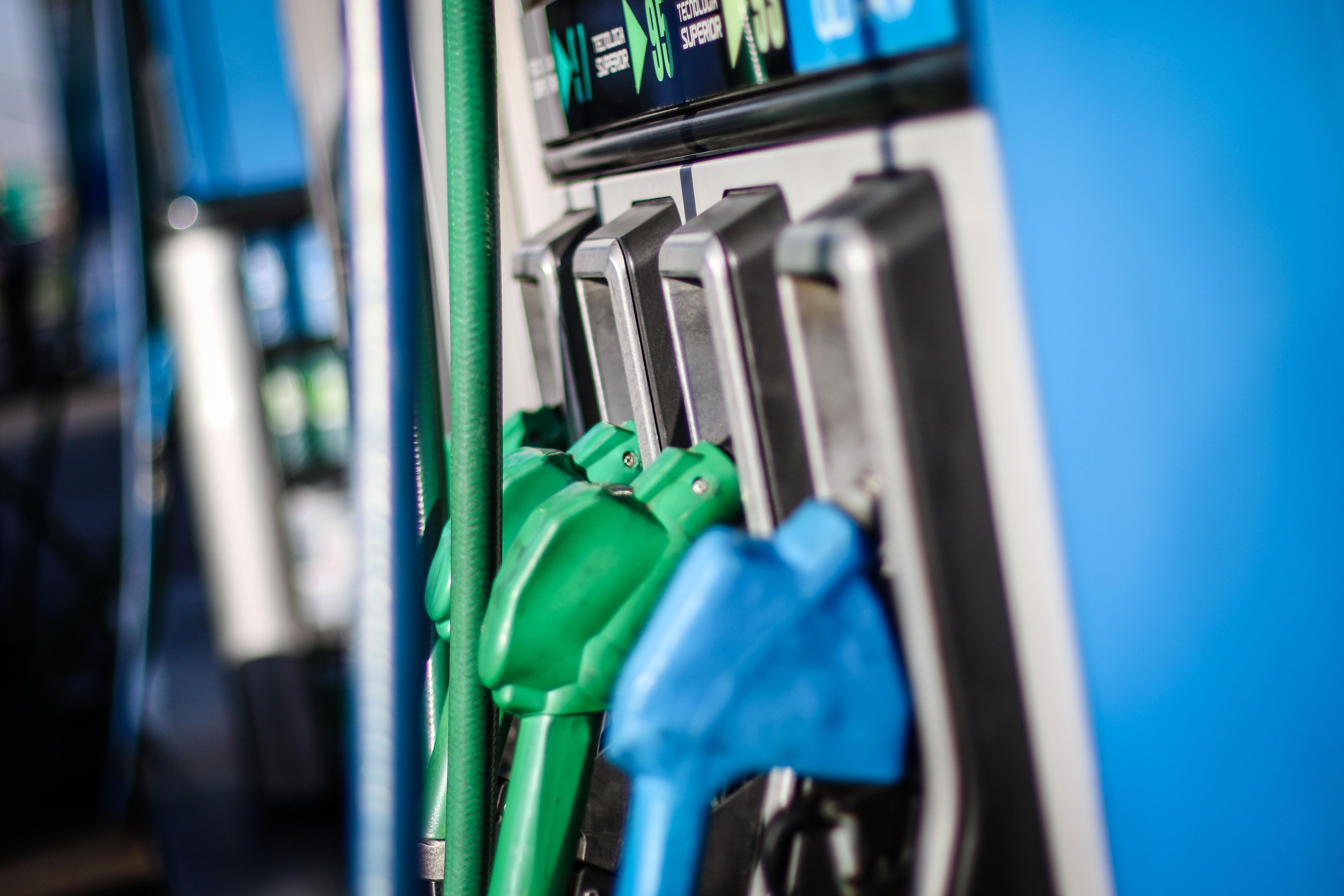 Combustibles: Bajan las bencinas pero sube el diésel