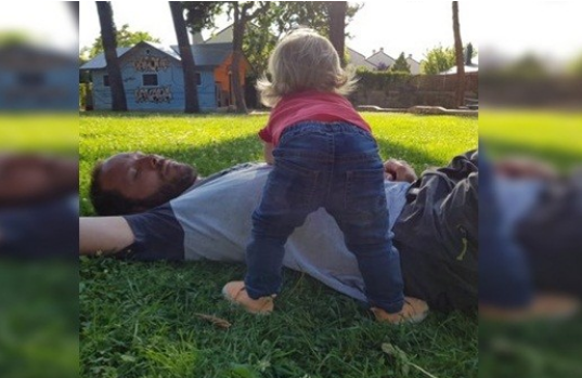 El vecino se quejaba del llanto de su bebé y su respuesta fue viral