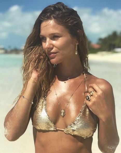 23735d3f92b1 Mayte Rodríguez luce su escultural figura en dorado bikini