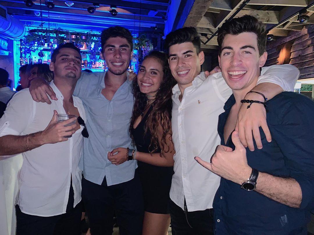 Isadora junto a amigos y hermano