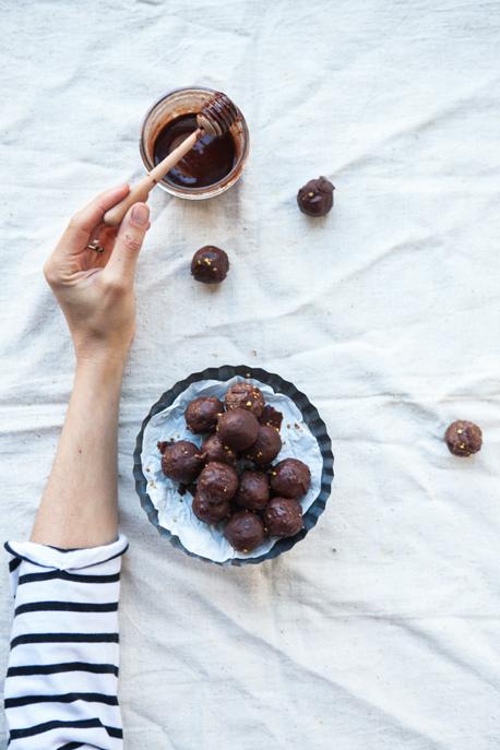 prepara bolitas enérgeticas de quinoa y chocolate