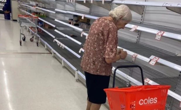 Captan abuela llorando en supermercado tras quedarse sin productos