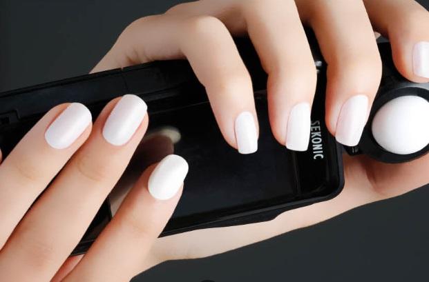 Blanco y minimal: ¡Descubre la nueva tendencia en nail art!