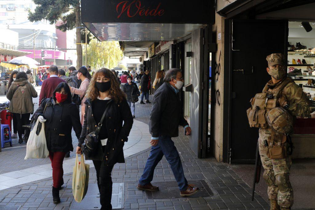 Estudio reveló que Chile es uno de los países que menos cumple con lavado de manos y distanciamiento social