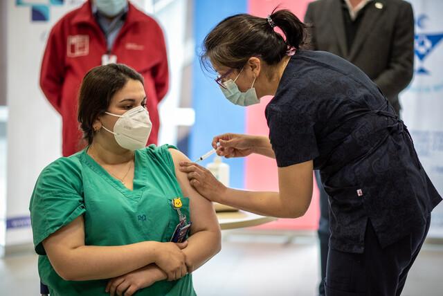 Chile recibe 10.000 dosis de la vacuna de Pfizer