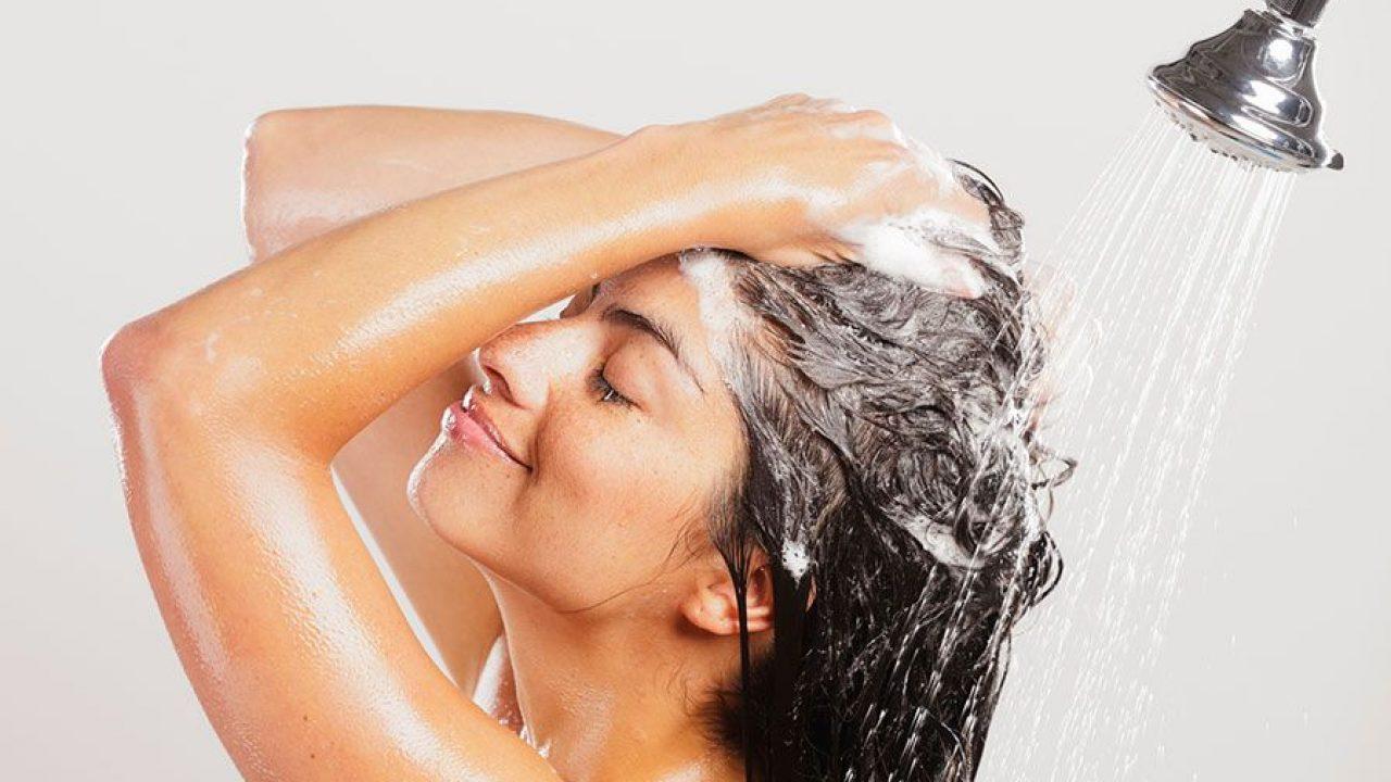 Mujer Lavandose La Raices Del Pelo