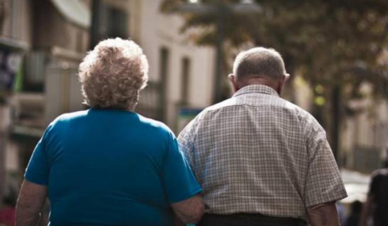 Conserje de 80 años sigue trabajando porque su pensión no le alcanza