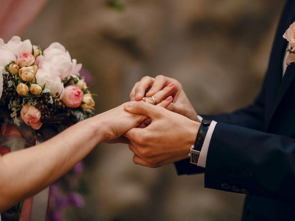 ¡Parejas que se conocen en Tinder tienen más posibilidades de casarse!