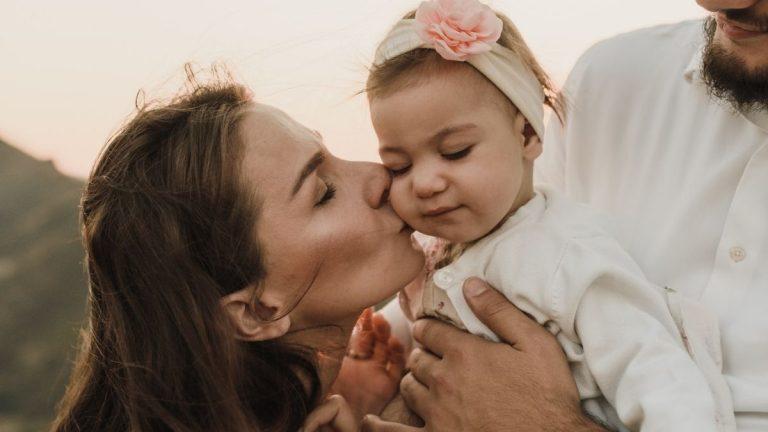 Mujer Prohíbe Que Sus Suegros Besen En La Boca A Su Hija