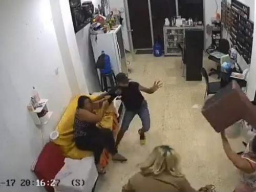 Mujeres se enfrentan a ladrón e impiden robo en salón de belleza