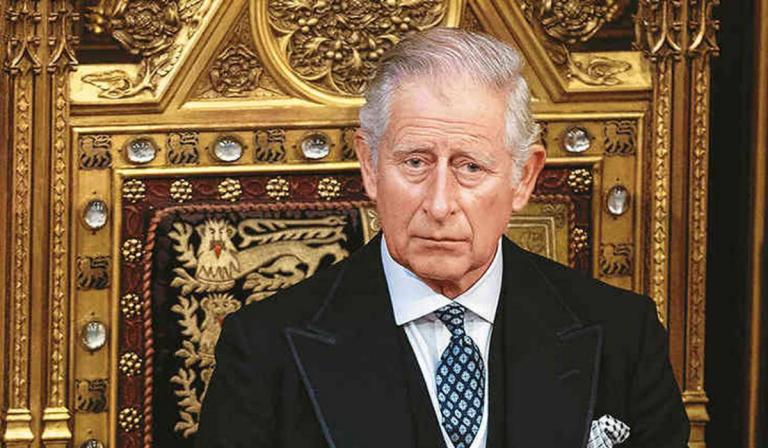 El príncipe Carlos recuerda con tristeza la ausencia de su padre