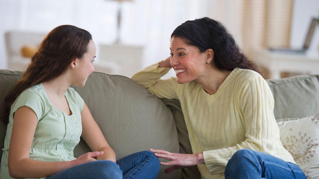 Madre E Hija Conversando