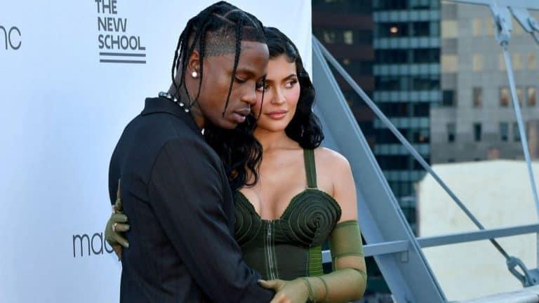Kylie Jenner Y Travis Scott Se Muestran Enamorados En La Alfombra Roja