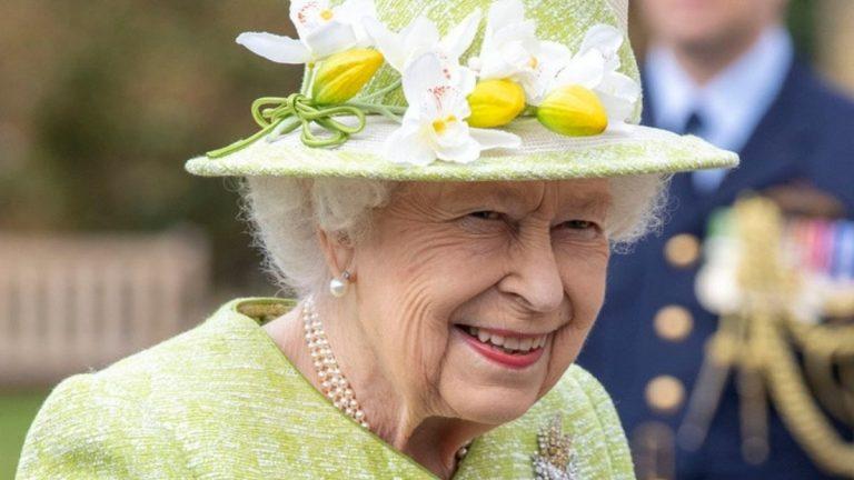 Reina Isabel II Corta Pastel Con Una Espada Y Causa La Risa De Los Presentes
