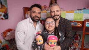 pareja gay adopta niña