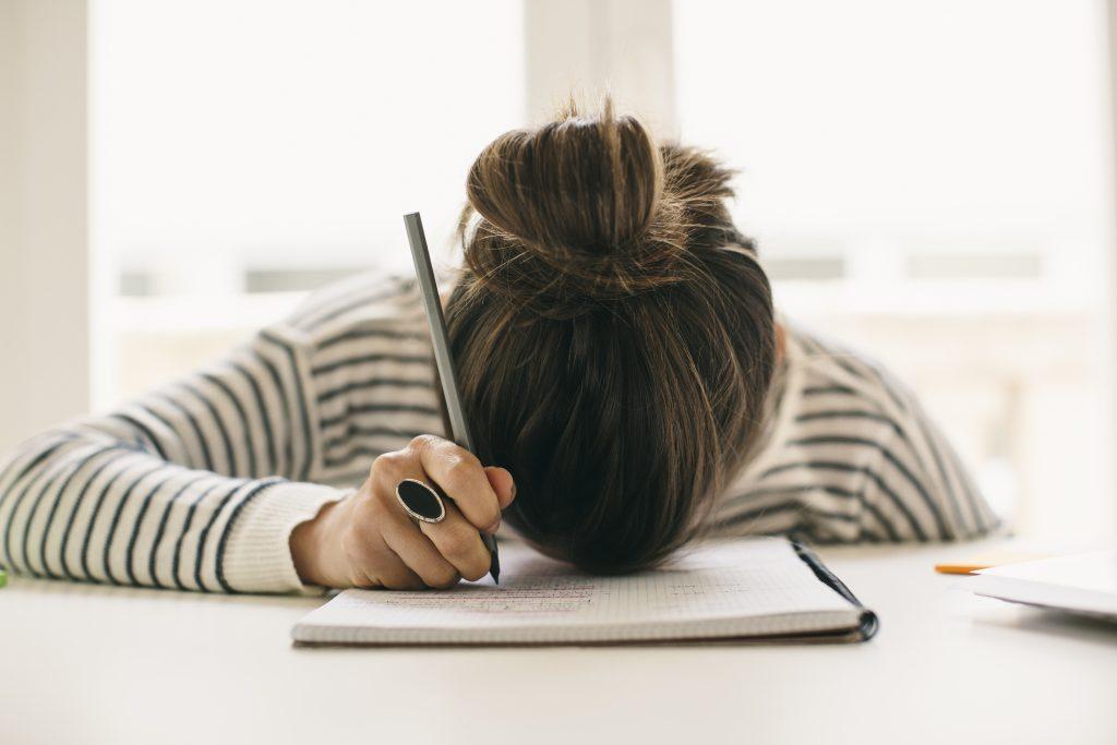 Mujer escribiendo lista