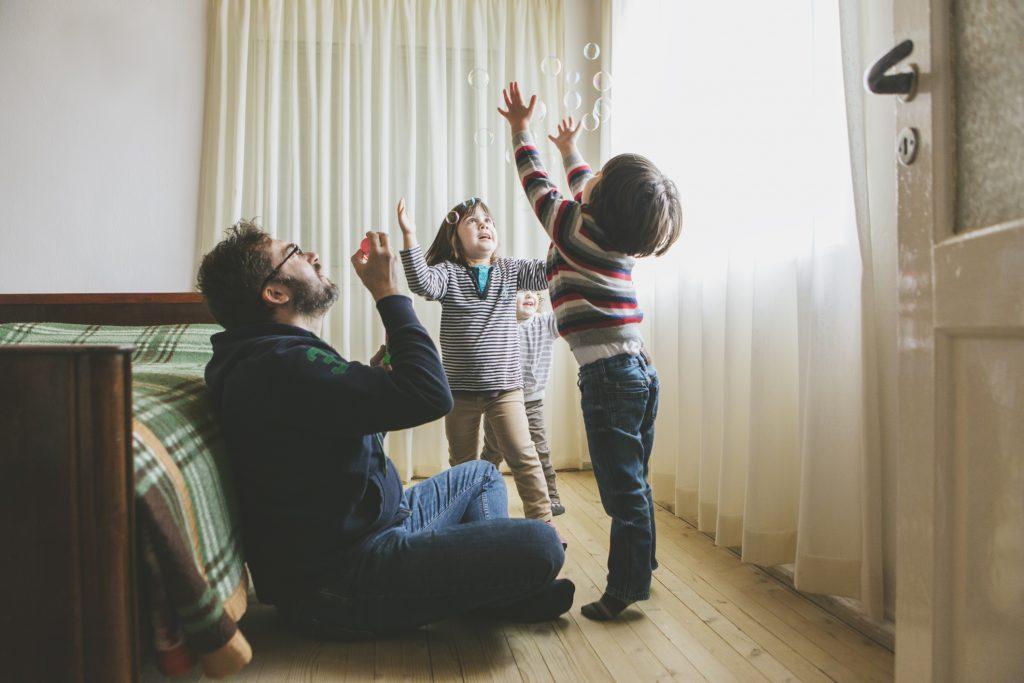 padres hijos pantallas