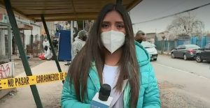 periodista daniela muñoz interrogada por funcionario de carabineros en despacho