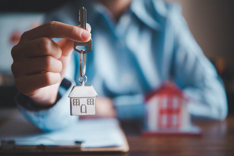 Salesperson,Holding,House,Keys,Concept,,House,Keys,For,New,House,